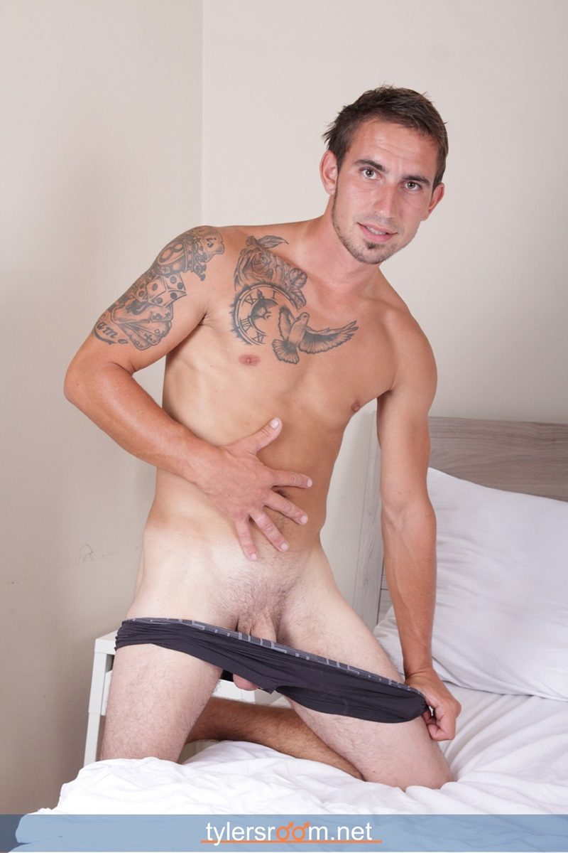 27 Year Old Chris Reed Shows Off His Tattooed Toned Body -6413
